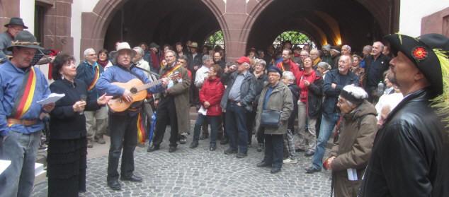 """Innenhof Freiburger Rathaus nach dem Hecker-Spaziergang am 20.4.2013: """"Die Gedanken sind frei"""""""