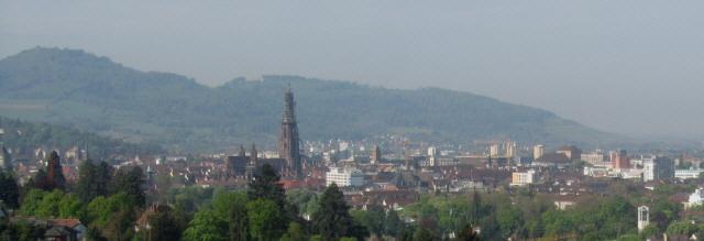 Blick von Herdern nach Süden über die Freiburger Altstadt zum Schönberg am  10.5.2013 - rechts St.Georgen