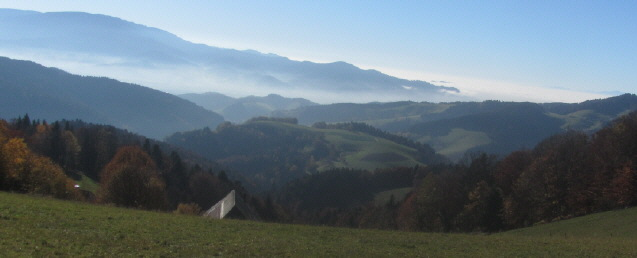 Blick von St.Peter-Lindlehoeh über den Langeckhof nach Süden ins neblige Dreisamtal am 2.11.2015