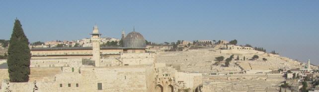 Blick über die El Aksa-Moschee (graue Kuppel) in Jerusalem zum Ölberg am 26.10.2013