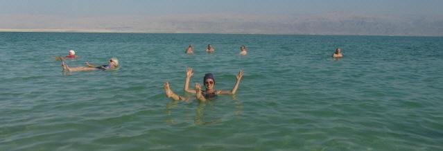 Im Toten Meer gibt es  kei n Ertrinken
