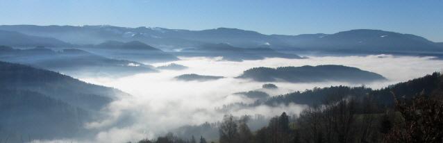 Blick am 12.12.2013 vom Lindenberg bei St.Peter nach Süden übers Dreisamtal im Nebel zum Schauinsland