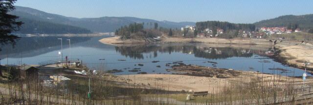 Bick nach Westen auf Schluchsee-Ort am 13.3.2014 - der Stausee hat einen extrem niedrigen Wasserstand