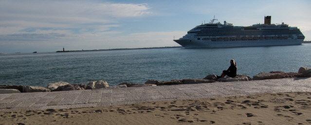 Kreuzfahrtschiff Costa Faszinosa am 12.5.2014 vor Venedig an der Punta Sabbioni