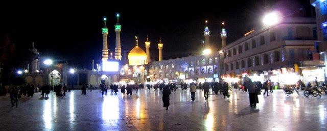 Blick über den großen Platz in Qom zum heiligen Zentrum am 19.10.2014 abends 22 Uhr