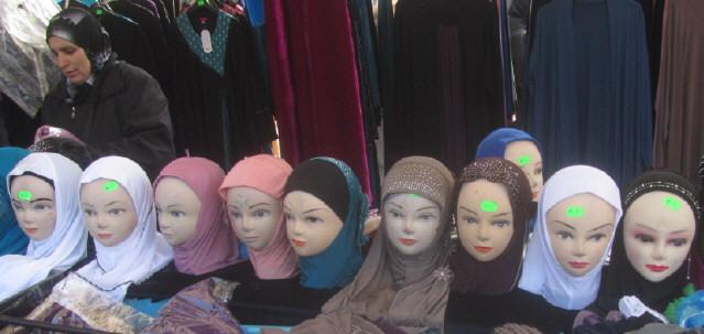 Kopftücher auf dem Markt in Mulhouse/Elsass am 14.3.2015