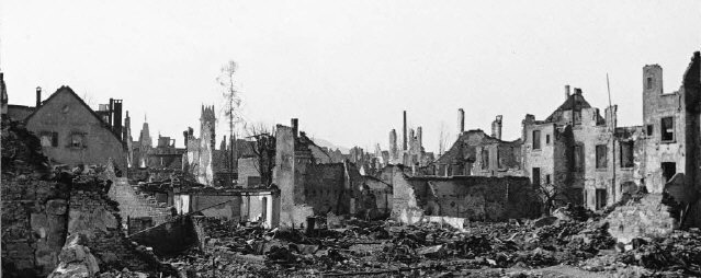 Blick in Freiburg Anfang 1945 von der Rheinstraße aus in Richtung Innenstadt – links hinten das Dach des Martinstors