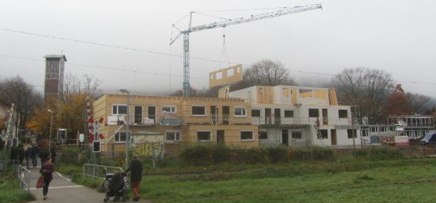 Flüchtlingswohnheim FR-Littenweiler Höllentalstrasse am 3.11.2015 - Wand am Kranhaken