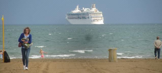 Kreuzfahrtschiff am Strand von Punta Sabioni bei Venedig am 4.5.2016