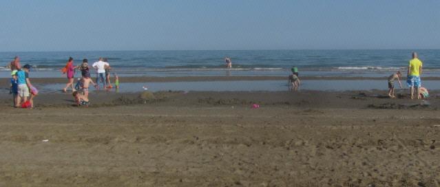 Kinder am Mittelmeerstrand bei Punta Sabbioni/Venedig am 5.5.2016