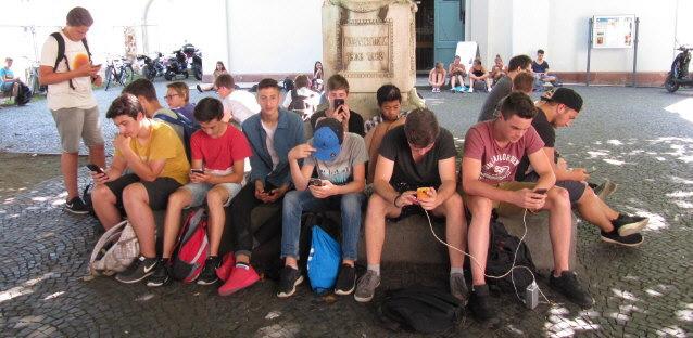Pokemon-Spieler mit  ihren Smartphones in Freiburg am Pokestop Herrenstrasse am 26.7.2016