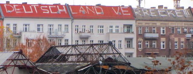 Deutschland-Graffiti auf den Dächern der Revaler Straße in Berlin