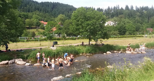 Baden in der Dreisam bei Freiburg (gegenüber der Kartaus) am 7.7.2017 bei 34Grad