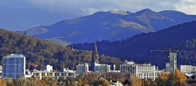 freiburg-hochhaeuser-berge-pan2018nov