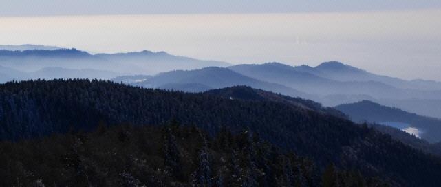 Blick vom Feldberg nach Süden über die Schwarzwald-Berge im Januar 2019