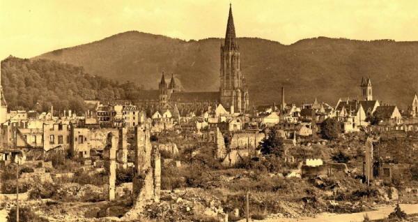 Blick von der Friedrichstrasse über Freiburg zum Kybfelsen. Nur das Münster steht noch nach dem 27.11.1944 - ein Wunder
