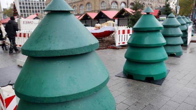 """Tannen aus Beton (3 t, schwer, 180 cm hoch) beschützen den Weihnachtsmarkt in Essen vor Terror - Volksmund: """"Merkel-Tannen"""""""