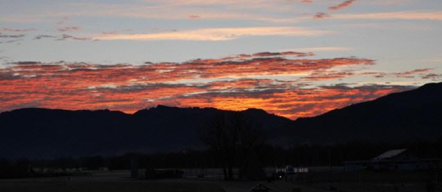 Sonnenaufgang Anfang Februar 2020 über den Bergen des Schwarzwaldes bei Freiburg