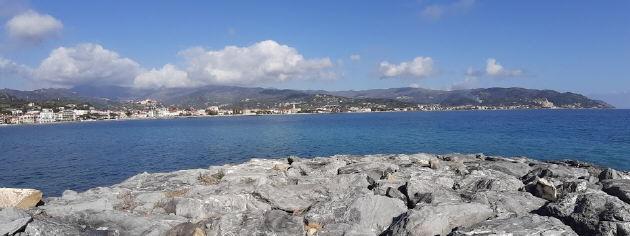 Blich nach Osten am 18.2.2020 auf Diano Marina, San Batholomeo und Cervo (vlnr)
