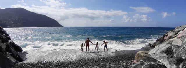 Baden im Mittelmeer am 7.6.2020: Ligurische Küste bei Moneglia