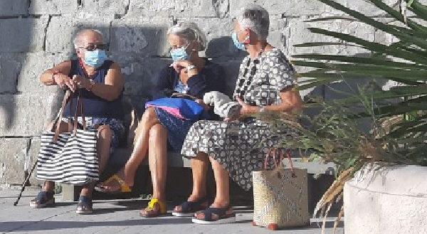 """""""I anziani sulla mascera"""": Die Alten in Zeiten von Corona - An der Strandpromenade von Moneglia/Ligurien am 31.8.2020"""