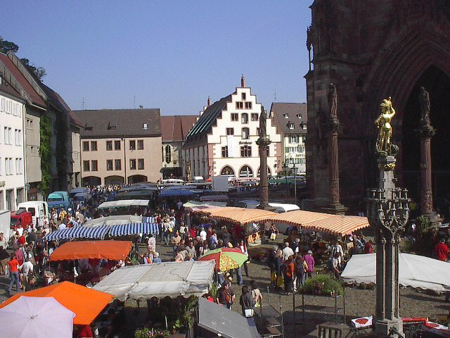 5a799c1301004 Blick nach Norden über den Münsterplatz mit Markt am 24.9.2005